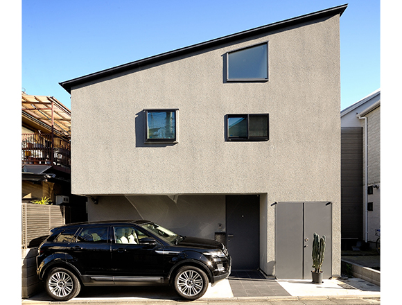 80㎡の敷地に建つ北欧家具が似合う目黒区の家。今どき都市住宅の愛車はSUV。/クルマと暮らす25