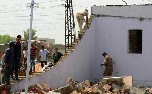 結婚式場で壁が崩壊、子ども含む24人死亡 インド