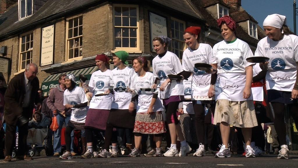 15世紀から続く伝統の「パンケーキ・レース」 英国