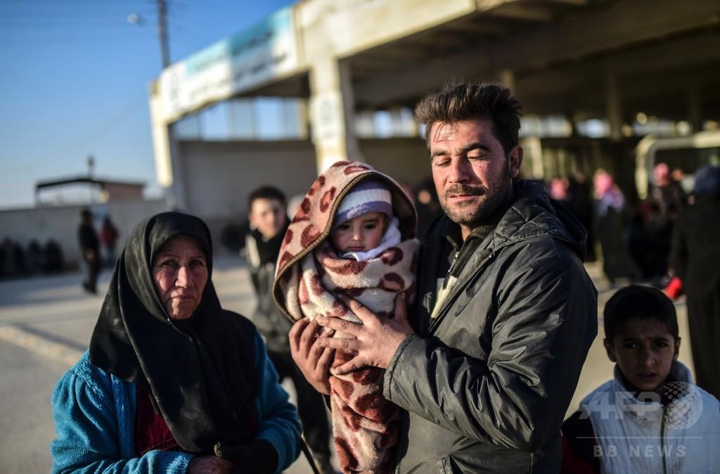 国境に殺到のシリア人「見殺しにせず」 トルコ