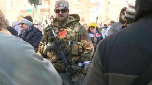 動画:銃所持擁護派が大規模集会、周辺は厳重警戒 米バージニア州