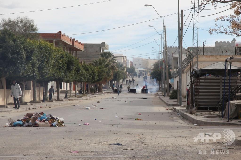 ジャーナリストが焼身自殺、治安部隊とデモ隊が衝突 チュニジア