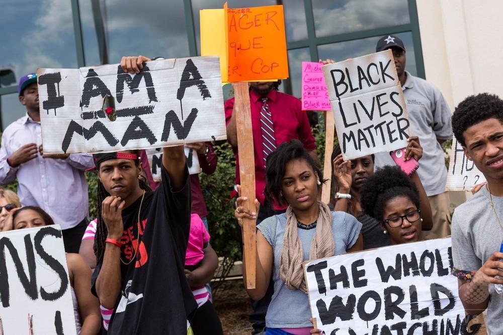 国際ニュース:AFPBB News黒人射殺の白人警官を免職、住民らは怒りの抗議 米南部
