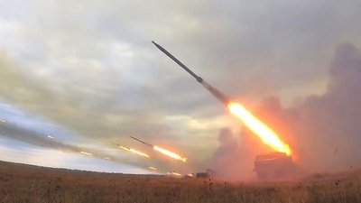動画:ロシア、多連装ロケット砲と榴弾砲の演習か 映像を公開