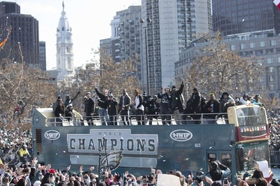 スーパーボウル初制覇のイーグルスがパレード、沿道で数十万のファンが歓喜