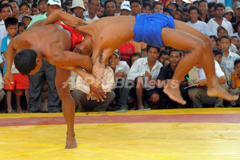 クメール相撲に水牛レース、カンボジアのお盆「プチュン・バン」