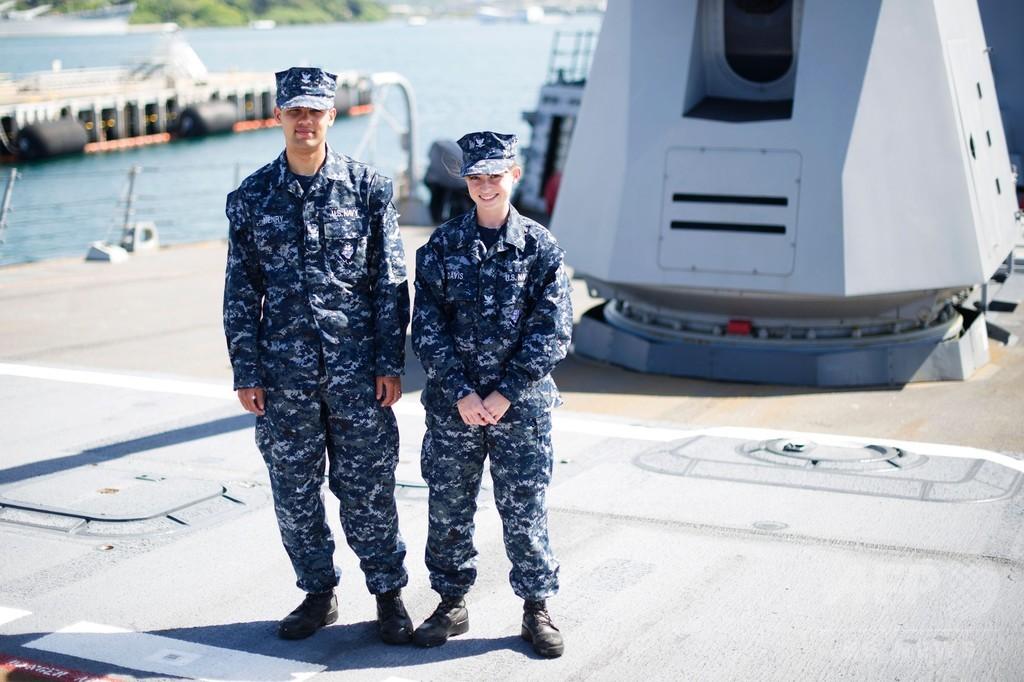 米海軍、不評の青い軍服を段階的に廃止