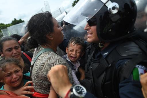 移民数百人、国境を強行突破 米国目指しグアテマラからメキシコに