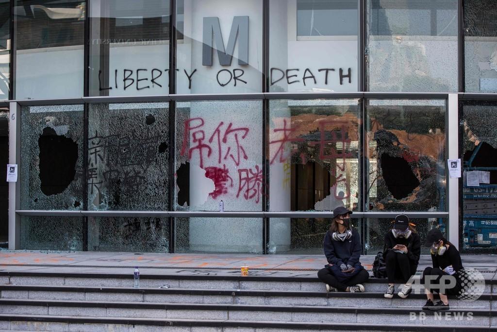 香港デモ隊、弓矢で警察に対抗 市内まひ4日目