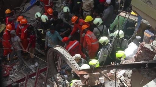 動画:豪雨の印ムンバイで建物崩壊 4人死亡、12人下敷きの恐れ 現場の映像