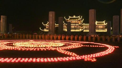 動画:ベトナムで「ウエサク祭」、ハスの花のろうそくで祈り