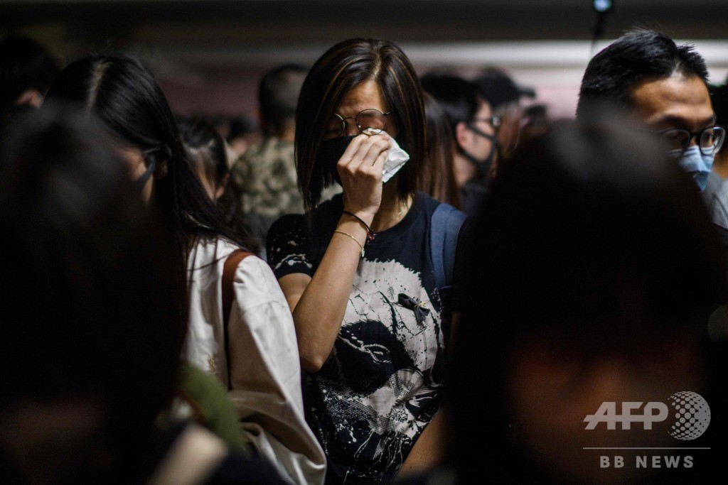 香港で数千人が追悼集会 デモでの学生死亡に怒り
