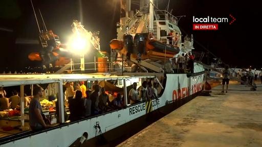動画:救助船に足止めされていた移民83人、伊ランペドゥーサ島に上陸 司法当局が命令