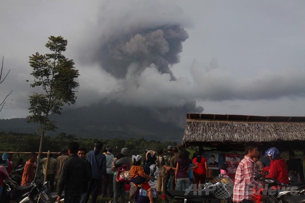 インドネシアの火山、30回にわたって噴火 避難者2万人以上に