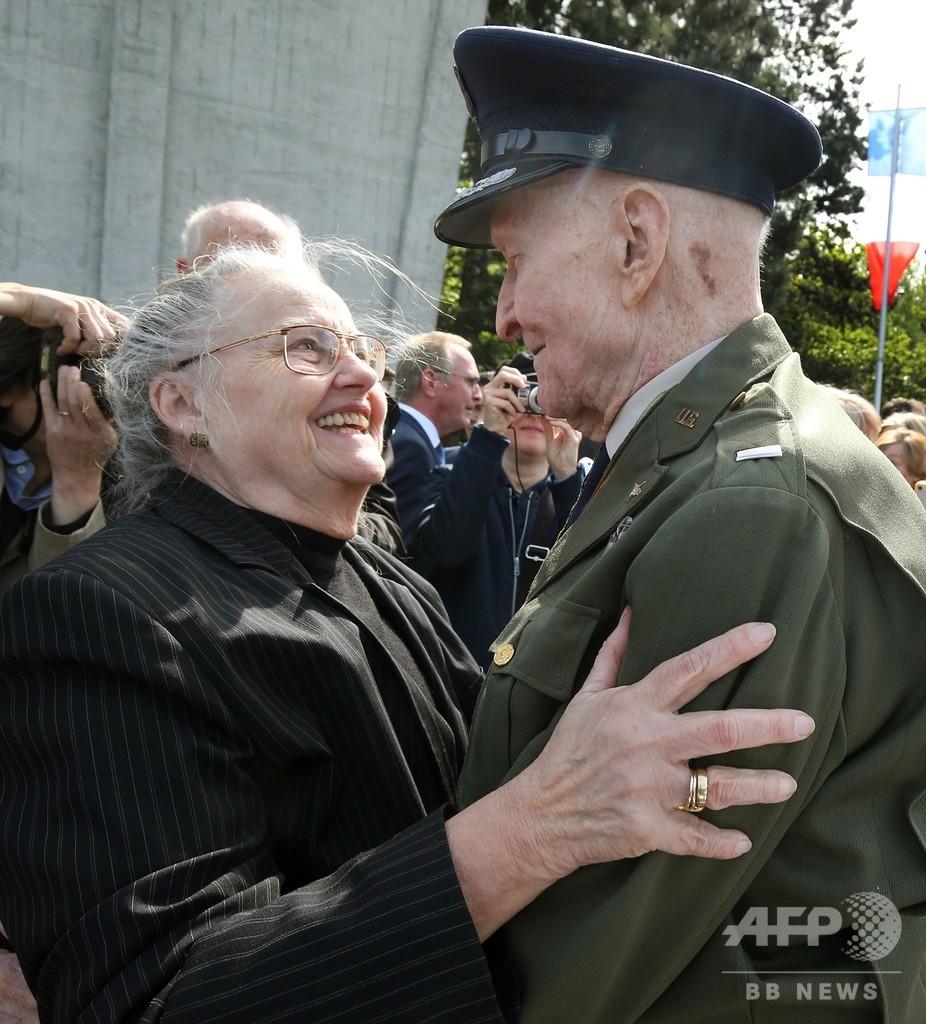 キャンディー投下した米軍パイロット、「ベルリン封鎖」70年越しの交流
