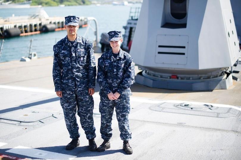 米海軍、不評の青い軍服を段階的...