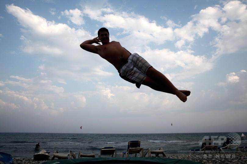 ビーチで夏を満喫する人々、キプロス