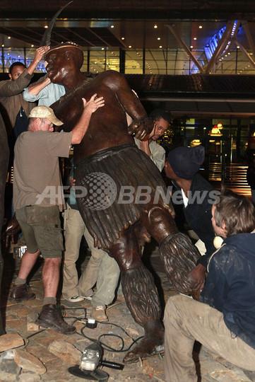 南ア新空港のズールー王の像、「少年みたい」と苦情受け撤去