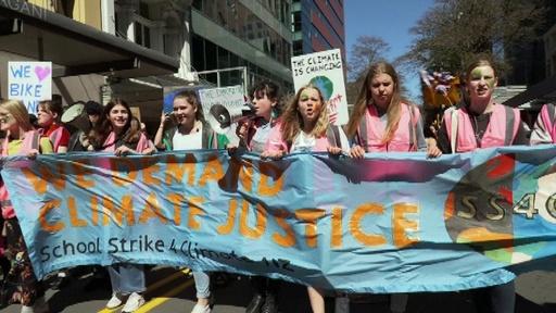動画:NZ首都に4万人集結、生徒らが気候変動対策訴える「グレタも言っている!」