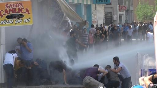 動画:クルド系市長らの停職処分に反対するデモ参加者に、警察が放水砲と催涙ガスを使用 トルコ