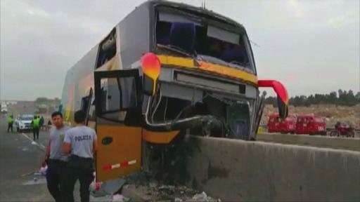 動画:ペルーでバス衝突事故、8人死亡 自殺のガルシア元大統領支持者らが乗車