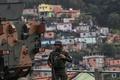 軍と警察の5000人がスラムで大規模取り締まり、ブラジル・リオ