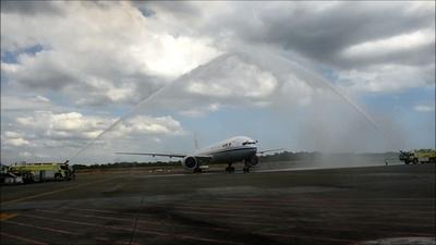 動画:パナマに中国から初の直行便が到着、放水アーチで歓迎
