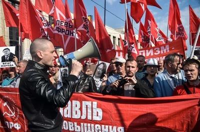 年金の支給開始年齢引き上げに反対、モスクワで3000人がデモ
