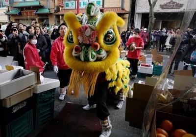 春節迎えた横浜中華街、獅子舞が街を練り歩く