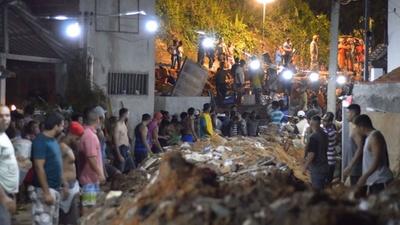 動画:ブラジル・リオで土砂崩れ、14人死亡 豪雨で巨岩が民家直撃