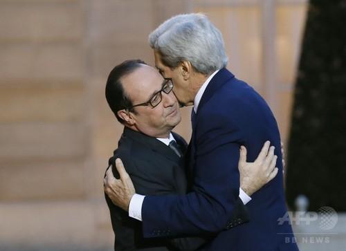 米国務長官、仏大統領を抱擁 「襲撃事件の痛みを共有」