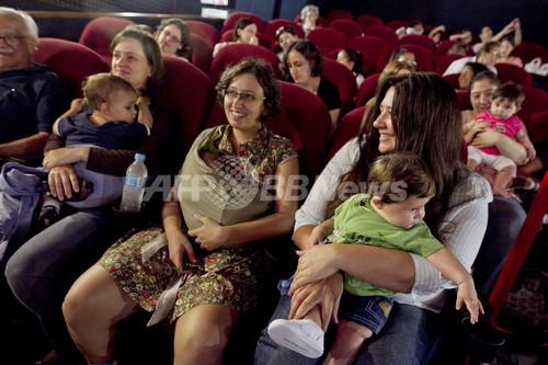 映画見るなら「赤ちゃん連れ」で、子育てママ専用の映画館がブラジルで人気