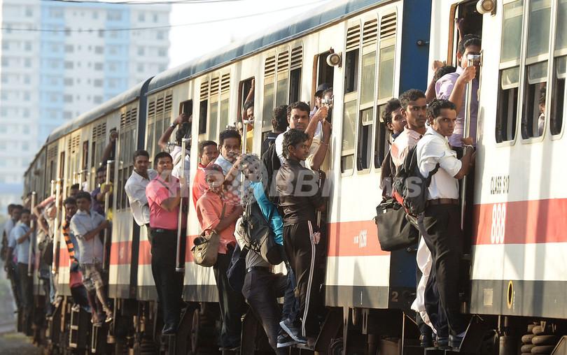超満員、人であふれるスリランカの通勤列車
