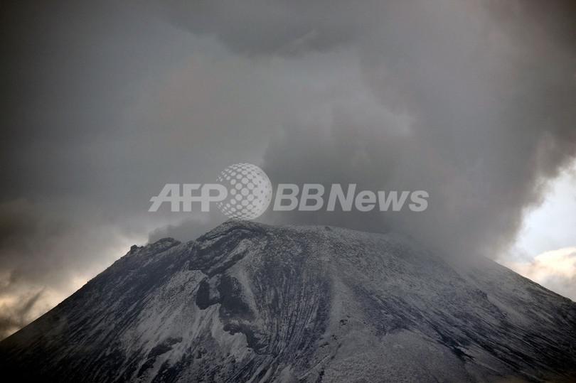 噴煙を上げるポポカテペトル山、メキシコ