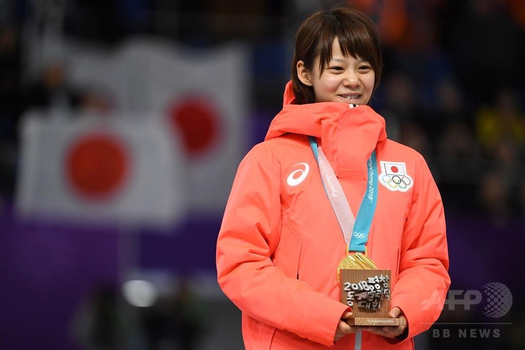 高木菜那に金メダル授与、Sスケート女子マススタート