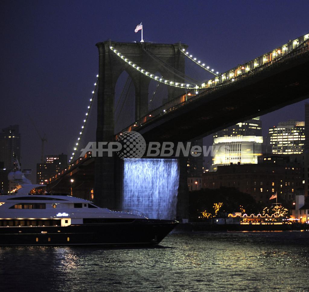 ニューヨークに巨大な滝のアート作品が出現