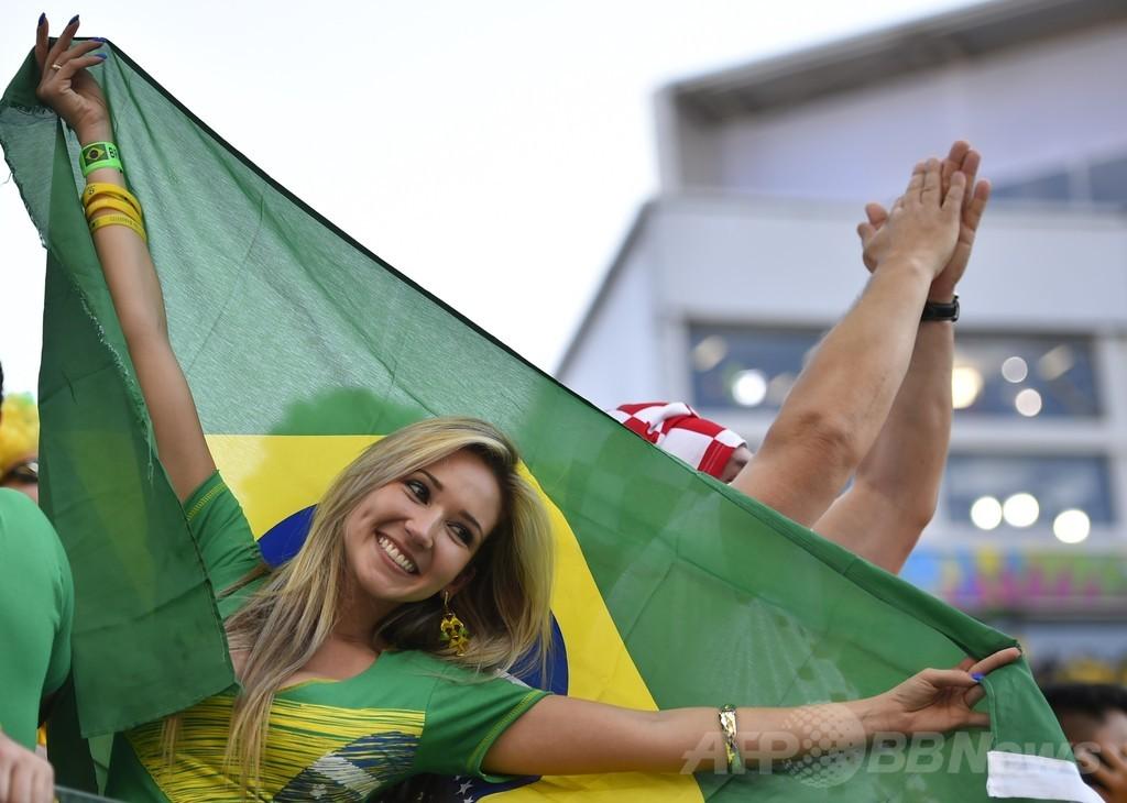 ブラジルW杯開幕に沸くサポーター