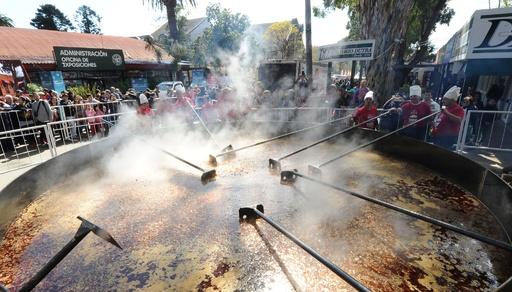 1万人分の巨大豆シチューでギネスに挑戦、ウルグアイ