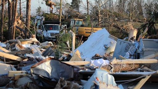 動画:竜巻被害の米アラバマ州、行方不明者の捜索再開 死者数増える恐れ