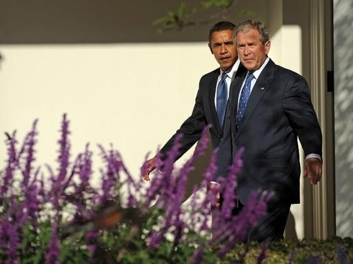 オバマ氏と去りゆくブッシュ大統領、笑顔の陰の攻防