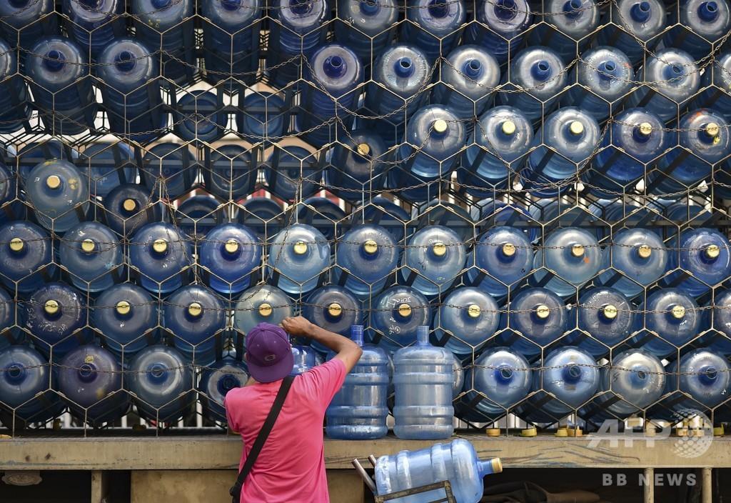 【今日の1枚】大事な飲み水の輸送、蜂の巣状に ベネズエラ