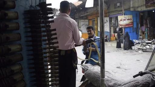 動画:イエメン内戦の街、市場の取引が手工芸品から銃に