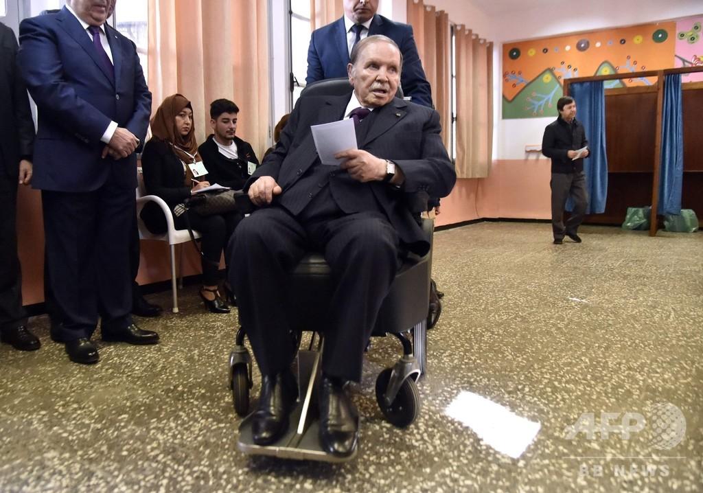 車いすの81歳アルジェリア大統領、5期目へ出馬表明