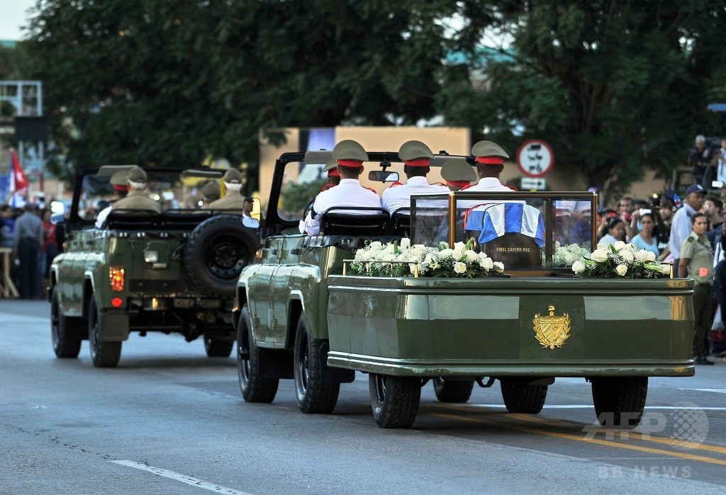 キューバ、カストロ前議長の遺灰埋葬 革命発祥の地に