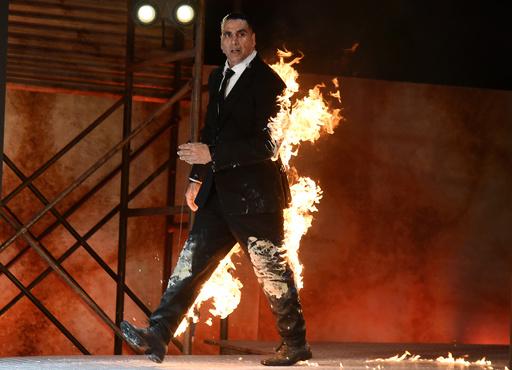 【今日の1枚】炎のスタント、クールに演技