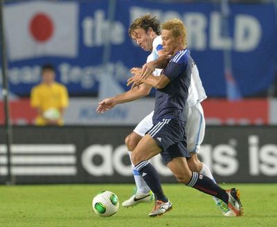 ウルグアイが日本に快勝、スアレスとフォルランがそろい踏み