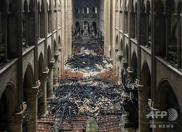 ノートルダム寺院火災 「爆撃のよう」屋根に穴 内部はがれき