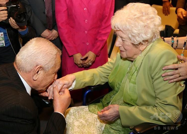 英兵の結婚指輪、遺族のもとに 第2次大戦中にアルバニアで墜落