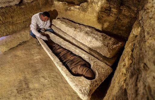 エジプト、天空の神ホルスにささげられた石棺など公開