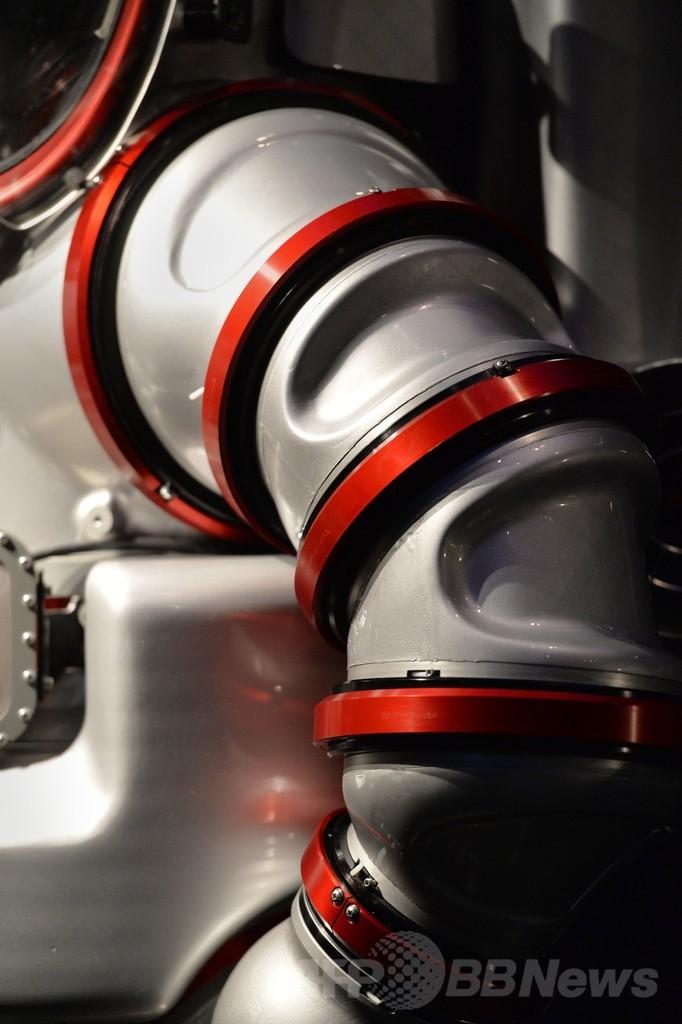 水深305mまで可能、最先端の潜水服「エクソスーツ」
